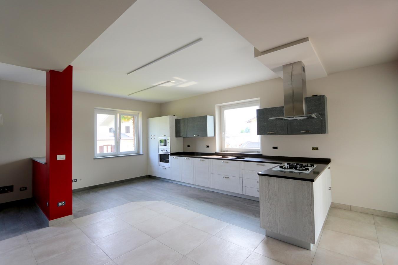 Cucina con lavelli sotto finestra 70 – Racca gli ebanisti